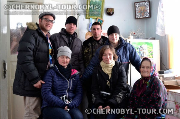 Туристическая группа у самосёлов